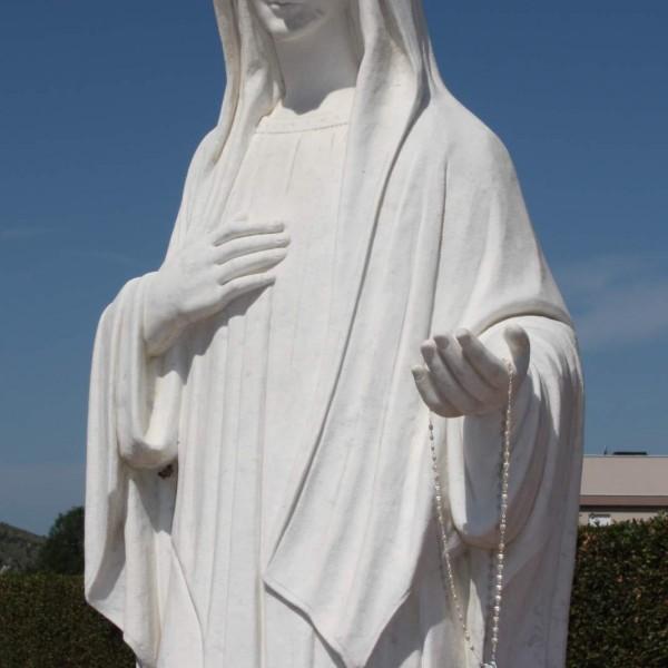 """Seit dem 24. Juni 1981 erscheint die Muttergottes als Königin des Friedens. Liebevoll wird sie von den Pilgern """"Gospa"""" genannt."""
