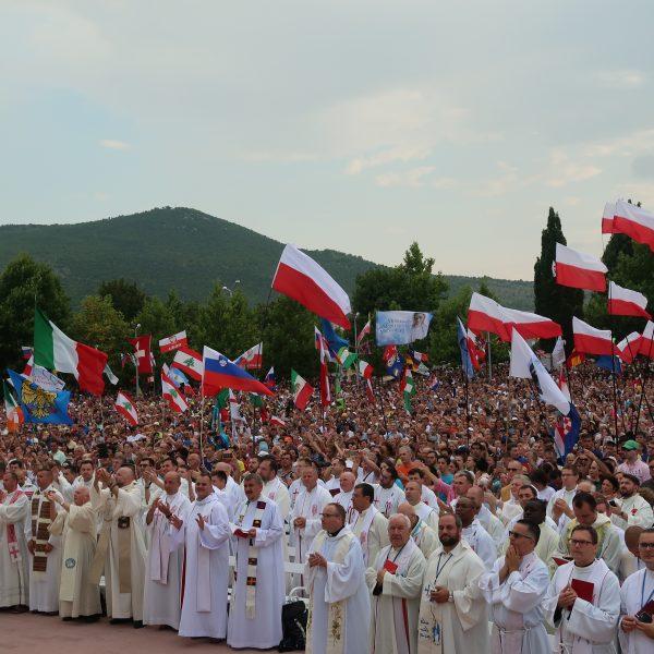 Apostolischer Nuntius Erzbischof Luigi Pezzuto eröffnet 29. Mladifest