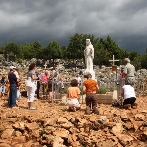 Am Erscheinungsberg beten täglich hunderte Gläubige um durch Maria zu Jesus zu gelangen.