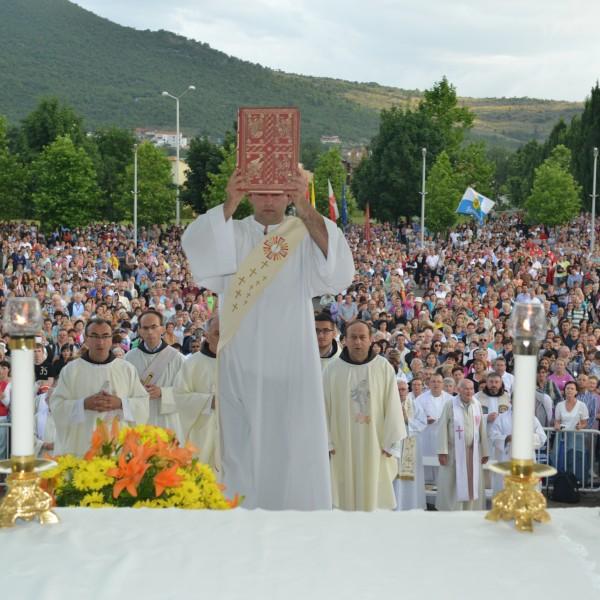 Das Lesen der heiligen Schrift ist neben der heiligen Messe, Gebet, Beichten & Fasten eine der Hauptbotschaften der Gospa.