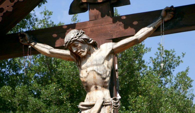 Schauen wir in Stille auf Jesus am Kreuz