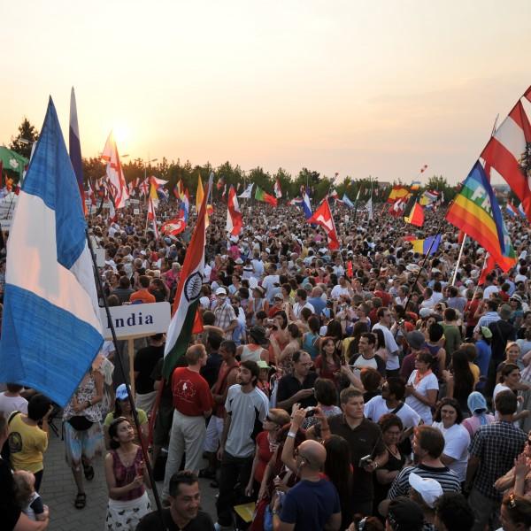 Jährlich versammeln sich zehntausende Jugendliche aus aller Welt beim Jugendfestival um gemeinsam den Glauben zu kräftigen