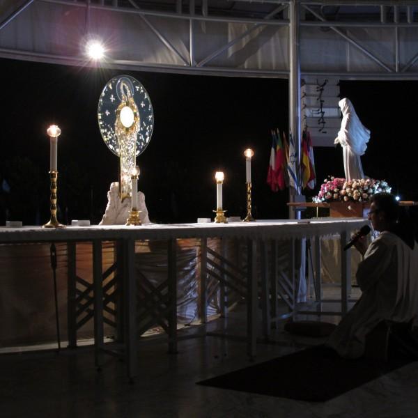 Die abendliche Anbetung lässt die Pilger in Stille das Gespräch mit Gott finden.